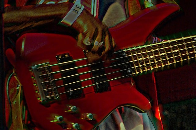 4 or 5 string bass guitar image